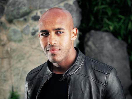 """Eskindir Tesfay, Afro-Deutscher Herkunft, ist Martial Art Künstler und Mitglied des Bundesverbandes deutscher Stuntleute e.V. Mit dem """"Iron Rod Fight"""" ist er, zusammen mit Kollegen Mathis Landwehr, für den Oscar der Stuntszene, den Taurus World Stunt Award nominiert."""
